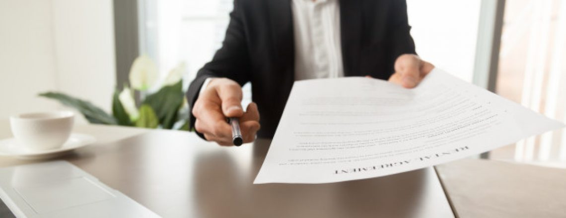agente-inmobiliario-ofrece-firmar-contrato-alquiler_1163-5424